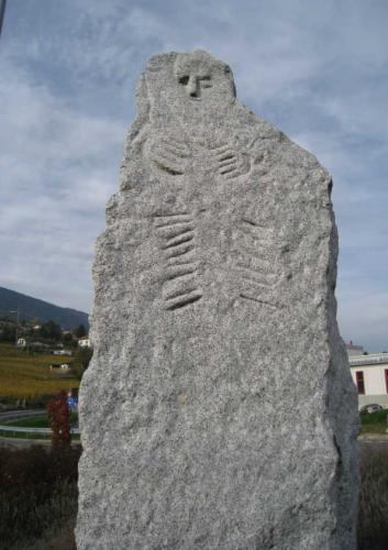 Copie du Menhir de Bevaix pour décoration d'un rond-point à Bevaix