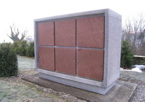 Columbarium pour le cimetière de Cuarny. Calcaire noir de Belgique et granit brun