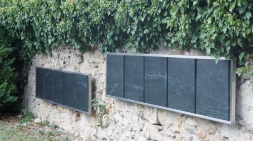 Détail columbarium plaque en Serpentine avec châssis métallique en ions