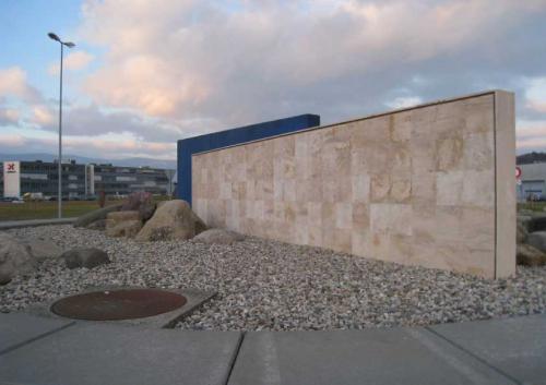 Plaquage d'un mur avec des dalles en calcaire de Bourgogne