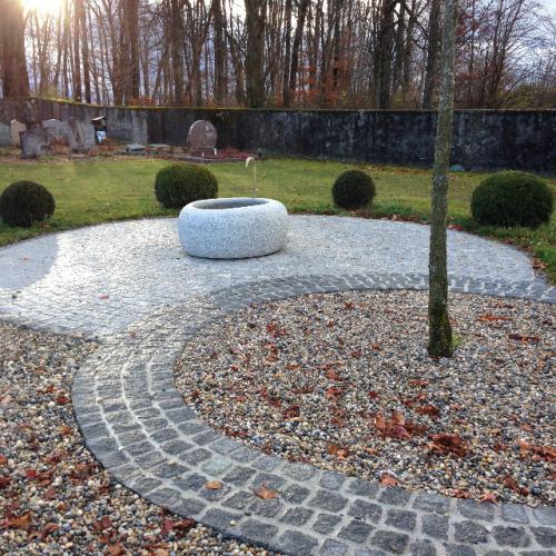 Pavage et fontaine en granit gris et noir