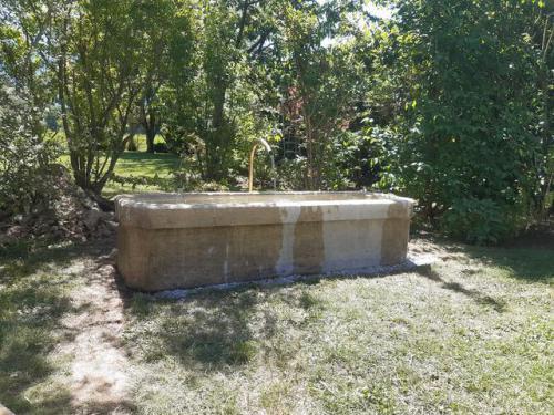 Fontaine ancienne restaurée avec goulot laiton