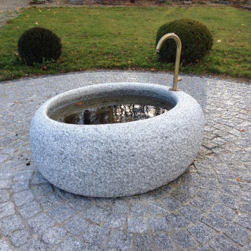 Bassin en granit gris- Penthaz cimetière
