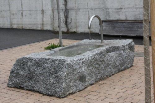 Fontaine dans bloc brut en granit à Ballaigues