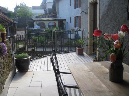 Terrasse en métal, bois et dalle en pierre