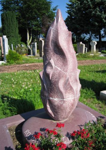 Monument avec flamme en grès rouge