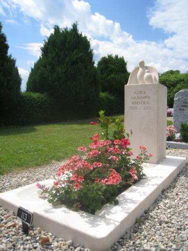 Monument en calcaire beige oiseau avec son petit
