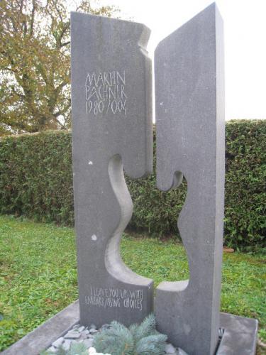 Monument en calcaire gris - guitare