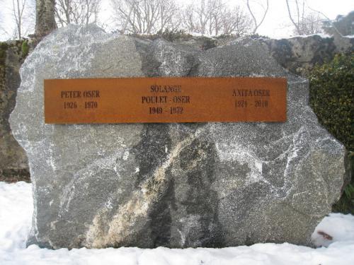 Monument en gneiss Maggia - inscription sur une plaque en fer rouillé