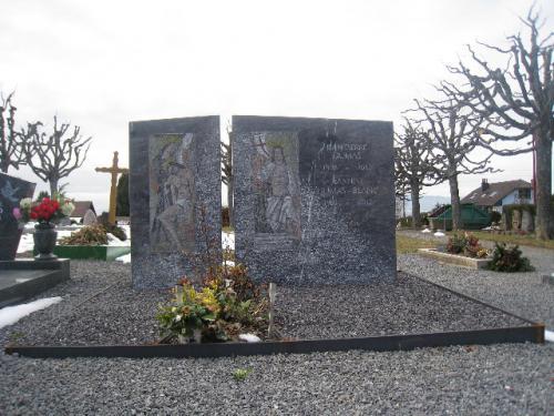 Monument en granit violet d'Afrique avec intégration d'anciennes mosaïques de 1940