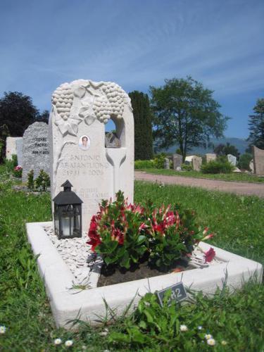 Monument sur le thème de la vigne en marbre blanc
