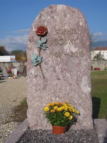 Monument en granit rouge avec rose en bronze 2 couleurs