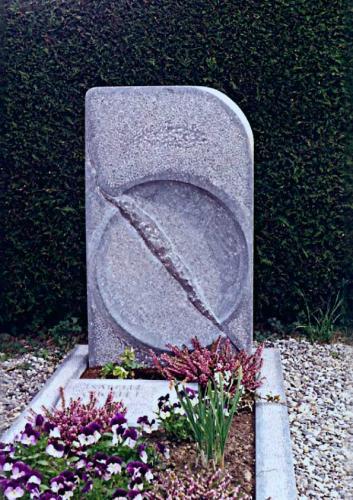 Monument en calcaire noir de Belgique, Soleil brisé