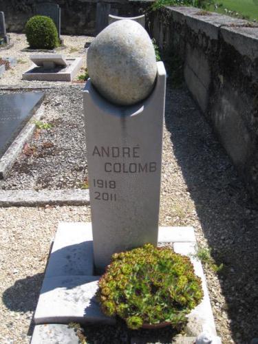 Monument en calcaire du Jura avec un galet nature