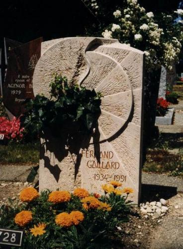 Monument, pierre de Bourgogne  avec symbole du soleil brisé