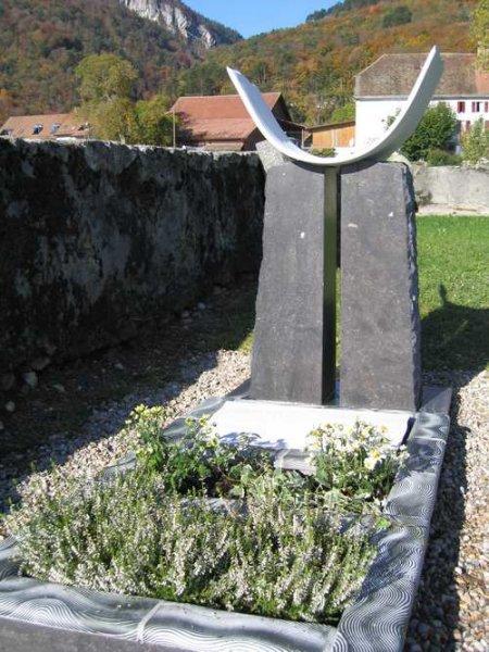 Monument en céramique et pierre noir de Belgique